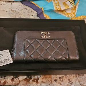 Gusset zip wallet